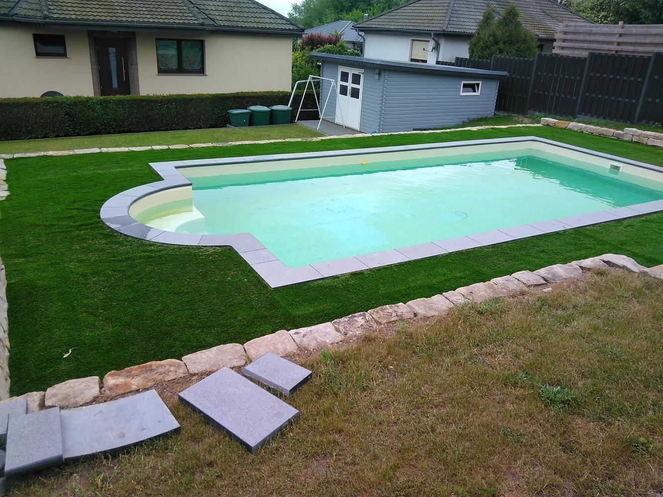 Kunstrasen als Pool-Umrandung für Swimming-Pools